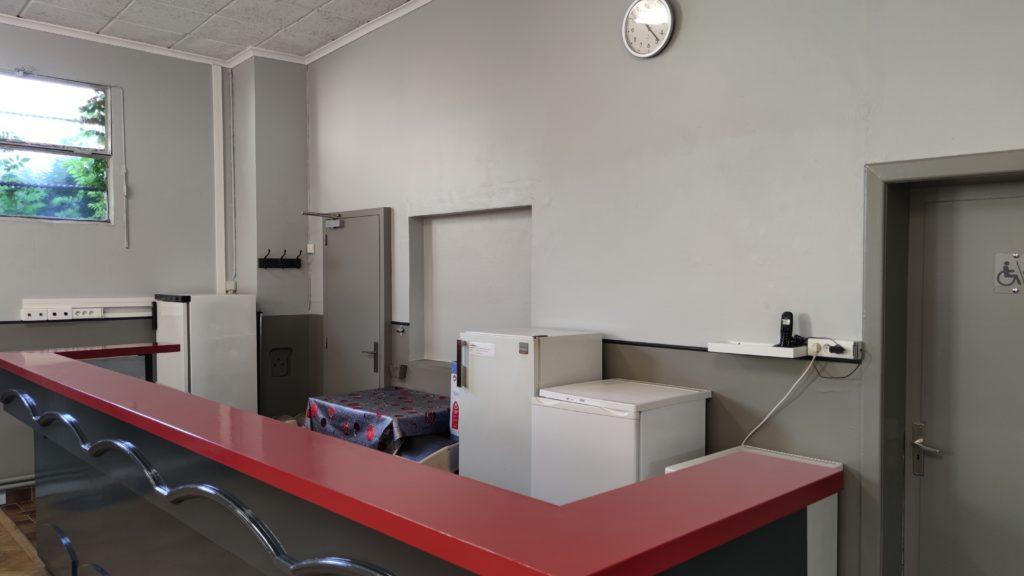 bar et accès cuisine frigo et congélateur